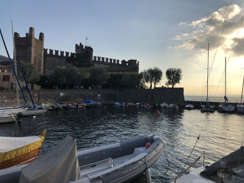 Torri del Benaco Hafen mit Skalierburg